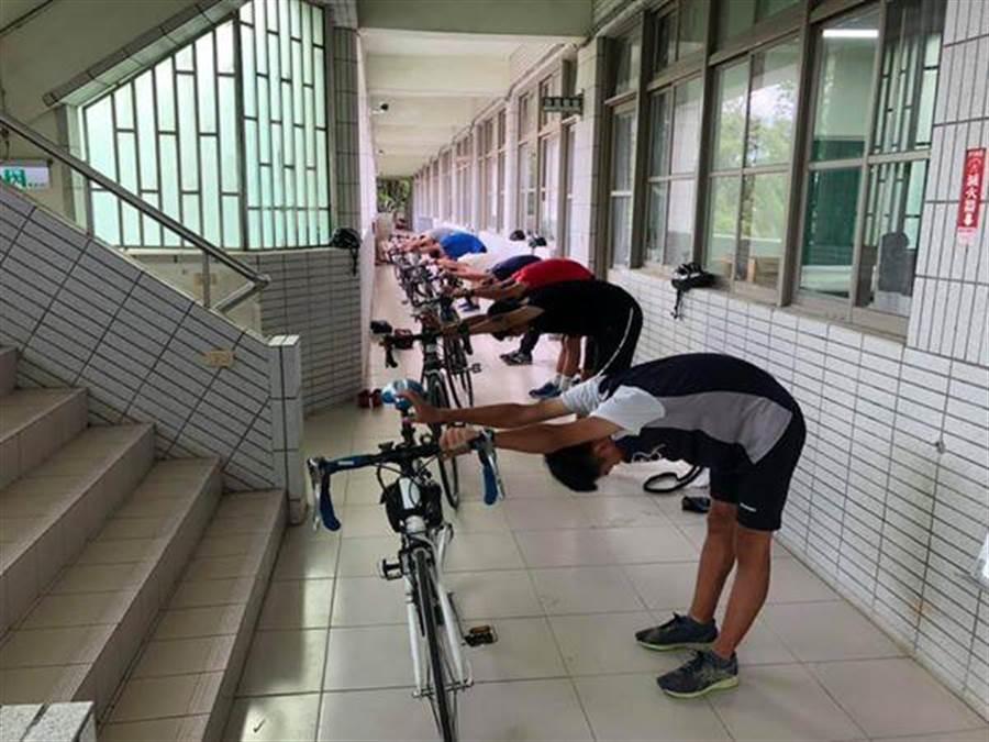 台南市麻豆國中學子連8年挑戰單車環島淨灘。(台南市麻豆國中提供/劉秀芬台南傳真)