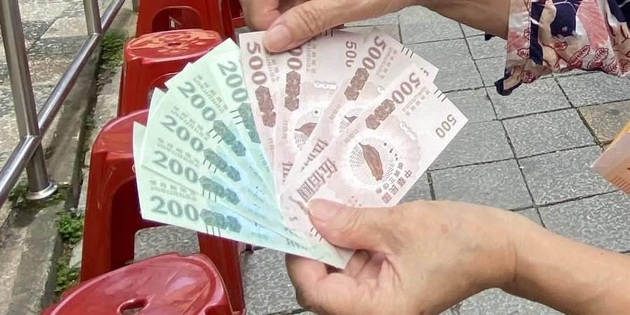 政府印製發放振興三倍券,被質疑成本過高,且有浪費公帑之嫌。(本報系資料照片)