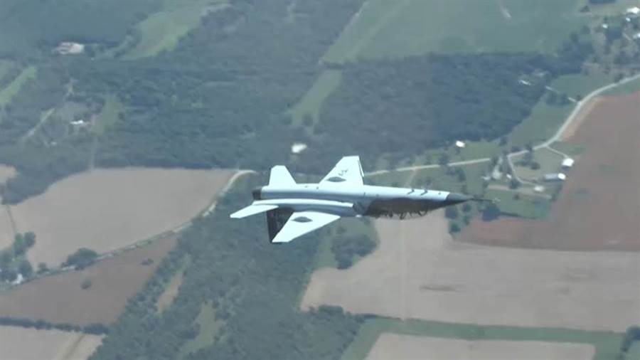 T-7正在進行倒飛測試。(圖/youtube)