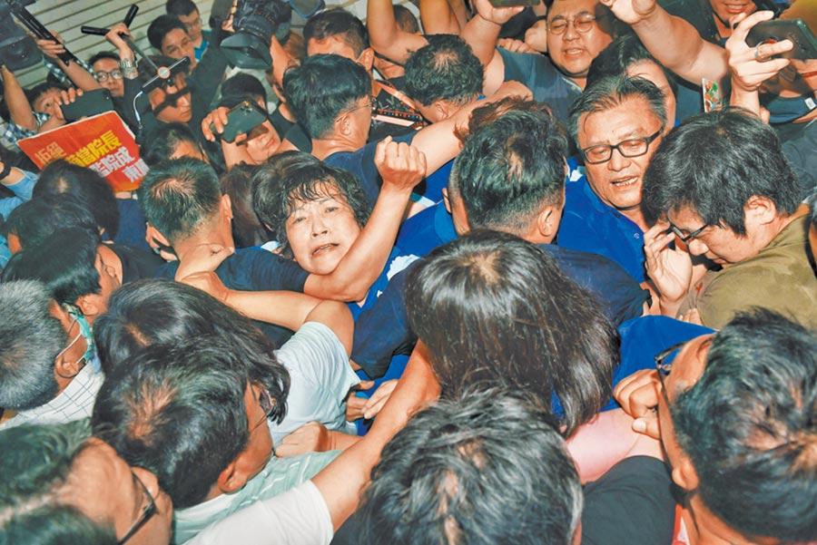 藍綠立委14日發生激烈肢體衝突,藍委葉毓蘭被鎖喉。(王英豪攝)