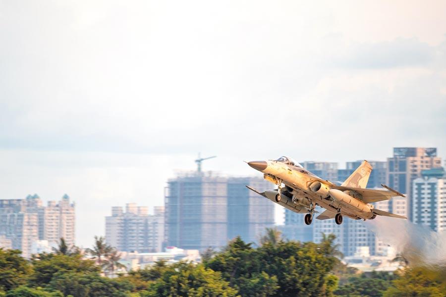 空軍第一聯隊14日清晨配合漢光36號演習,IDF經國號戰機執行聯合防空作戰任務。(軍聞社)
