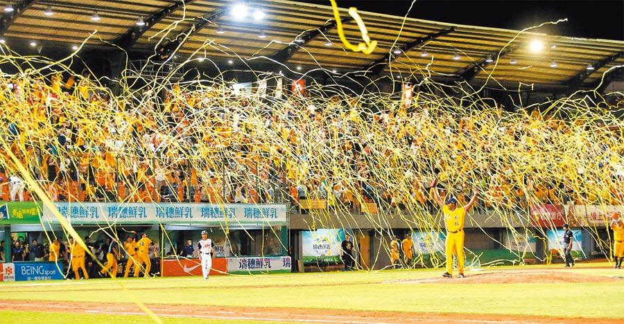 中信兄弟在台南球場以6︰1擊敗統一獅,成功拋下黃色封王彩帶,奪得隊史第16座季冠軍。(中央社)