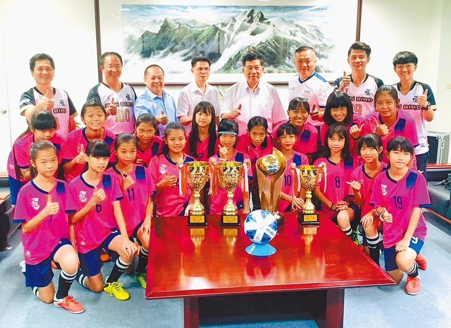 水里國小足球隊勇奪全國冠軍,14日接受縣府表揚。(廖志晃攝)