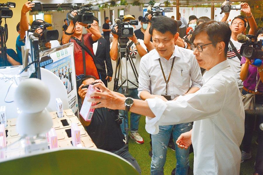陳其邁14日參訪KO-IN智高點高雄智慧科技創新園區。(林宏聰攝)