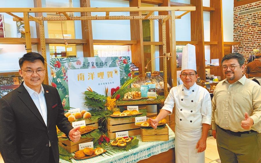 世界麵包冠軍吳寶春(右二)14日舉辦新品發表會,今夏推出7款南洋風味麵包。(柯宗緯攝)