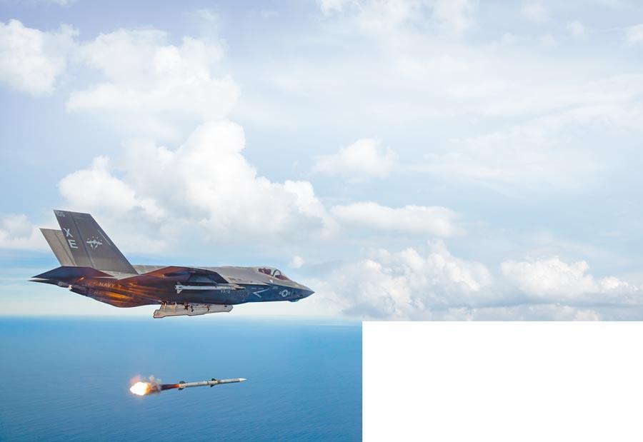 美軍F-35戰機試射一枚AIM-120飛彈。(取自美國空軍官網)