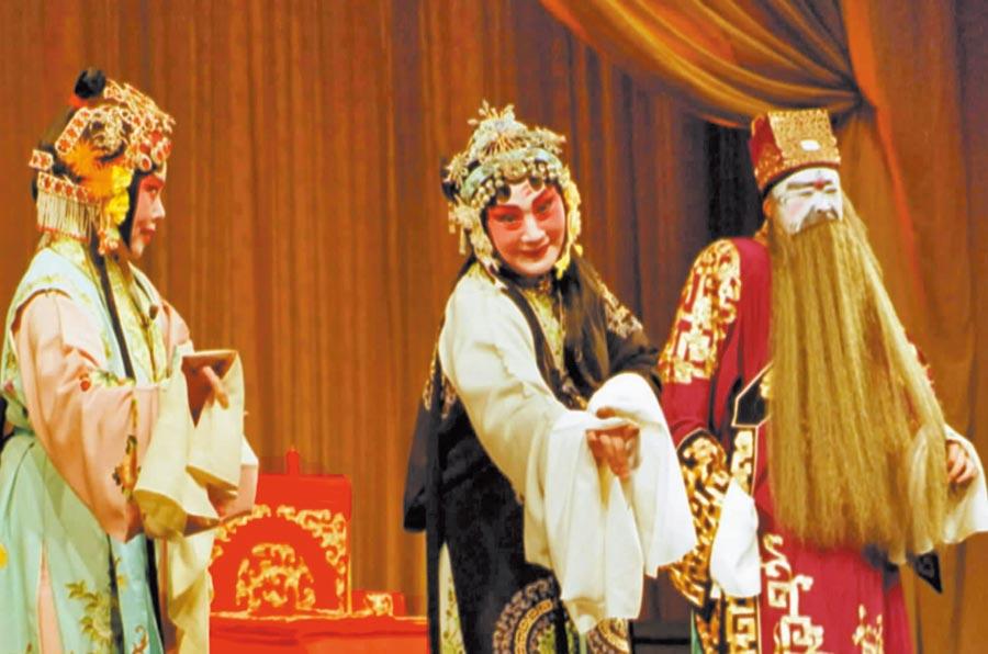 梨園老將風釆依舊。2002年高齡的梅派京劇大師張春秋女士主演了全本的《貴妃醉酒》等精彩劇目。(新華社)