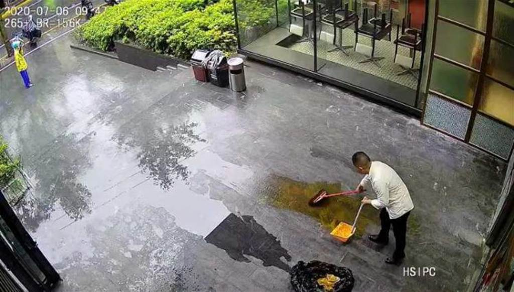 上海出現潑屎男,圖片可見店員正忍臭清理一片金黃色排泄物。(圖/翻攝看看新聞)