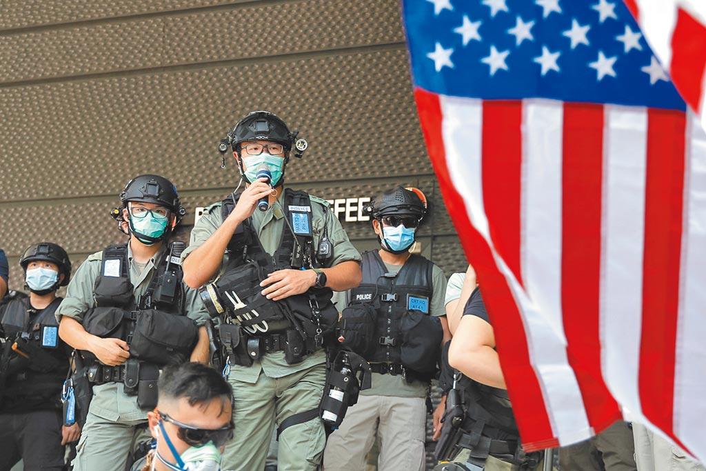 美國總統川普14日宣布簽署《香港自治法》終止香港優惠待遇。圖為港警在美駐港領事館前維安。(美聯社)