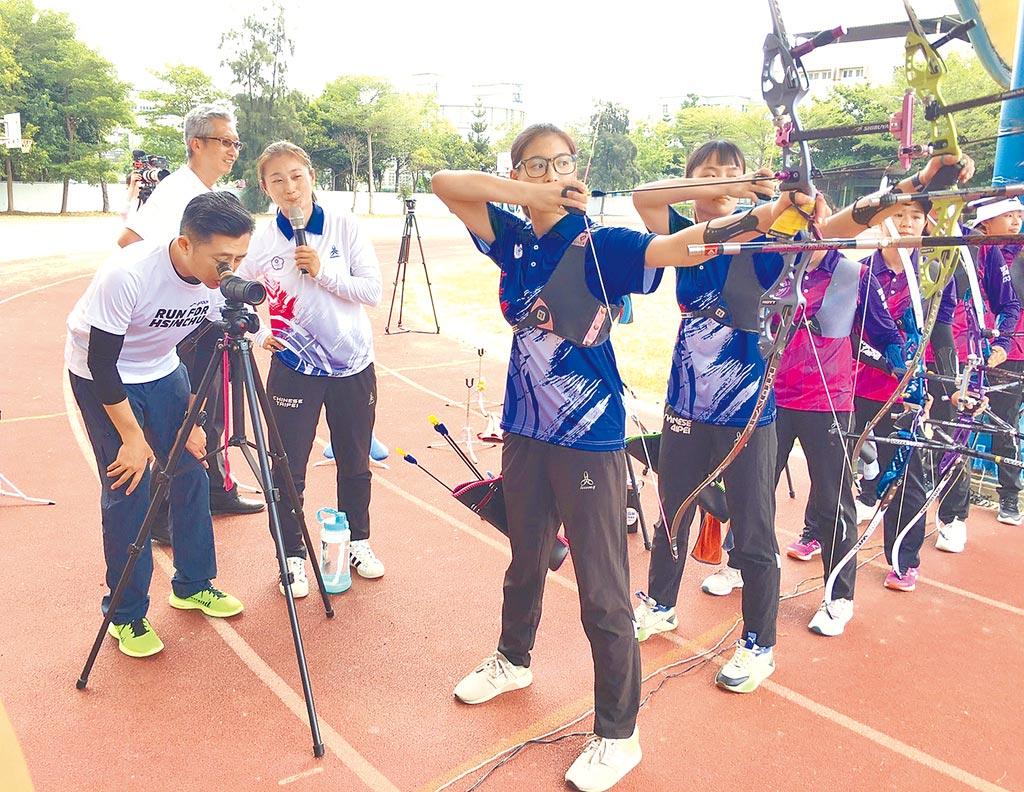 新竹市在地奧運射手林詩嘉(後右)15日獲市府聘為富禮國中射箭巡迴教練。(陳育賢攝)