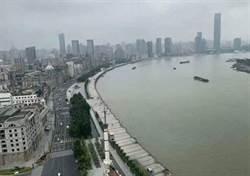 上海黃埔江「水快淹過堤防」照片瘋傳 網戲稱:可準備泳衣了