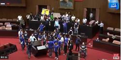 最新》民進黨4點35分攻進議場取得麥克風 宣讀陳菊人事案