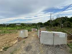 現有巷道放水泥磚擋路 頭屋鄉民批建商目無法紀