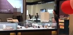 影片直擊》潑婦大媽3500元項鍊戴到丟失 惱羞大鬧百貨專櫃竟還拿到1條全新品