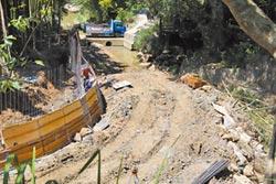 四寮溪水泥護岸 遭轟開倒車