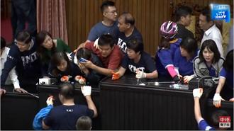 游锡堃站上主席台正式开议 国民党立委陈玉珍被抬离