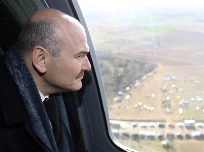 土耳其內政部長索魯3月5日從直升機上視察土耳其與希臘邊境的資料照。(美聯社)