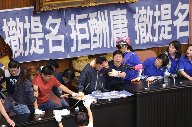 國民黨立委占領議場,民進黨立委16日傍晚進場排除,藍綠雙方爆發衝突,藍委賴士葆被椅子打到,額頭流血。(黃世麒攝)