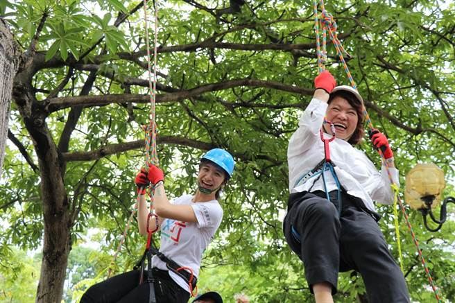 嘉義市科學168活動今天開幕,市長黃敏惠(前者)揪大家玩攀樹。(廖素慧攝)