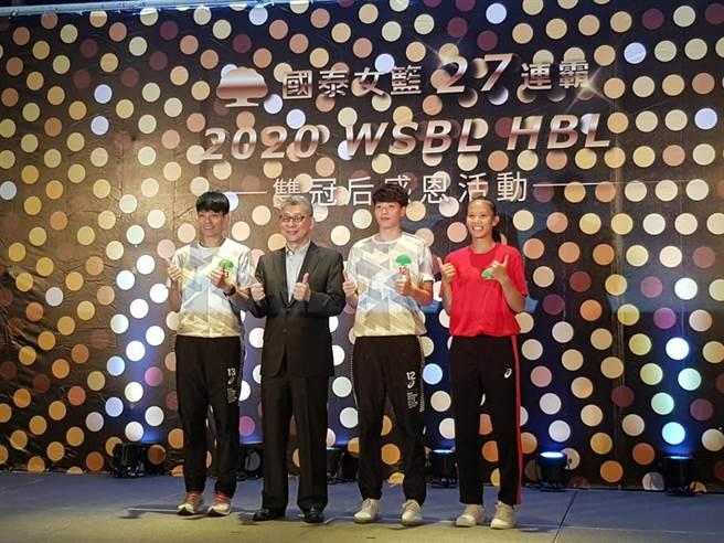 國泰金控董事長蔡宏圖(左二)和WSBL第15季冠軍賽MVP陳鈺君(左一)、WSBL第15季年度MVP林育庭(右二)、HBL MVP王玥媞合照。(陳筱琳攝)