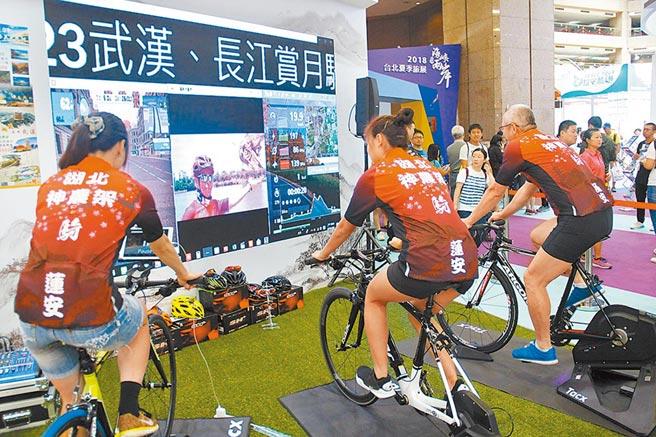 海旅會台北旅展攤位,擺放自行車和大銀幕,鼓勵台灣民眾到大陸騎自行車。(本報資料照片)