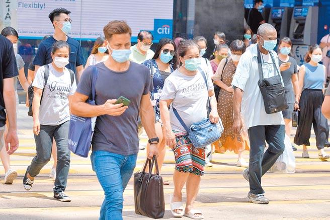 7月15日,香港市民戴口罩出行。(中新社資料照片)