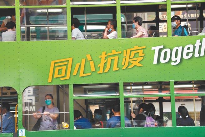 7月15日起,香港強制規定乘坐大眾運輸者必須戴口罩。圖為當日電車乘客。(中新社資料照片)