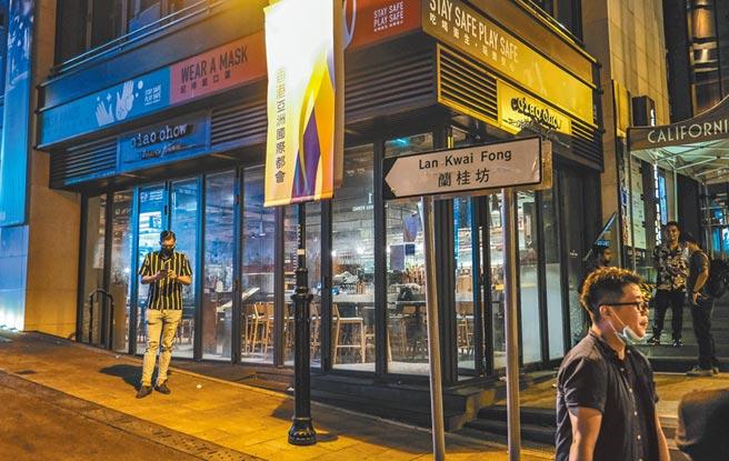 7月15日凌晨,香港蘭桂坊一帶餐廳及酒吧近乎全部停業關閉。(中新社資料照片)