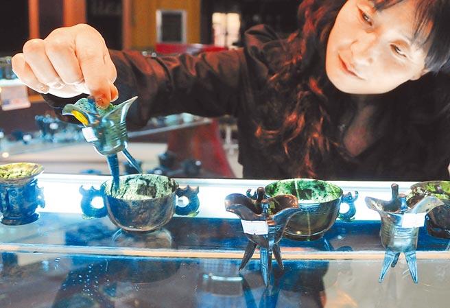 酒泉夜光杯展示中心,銷售人員在擺放夜光杯產品。(新華社資料照片)