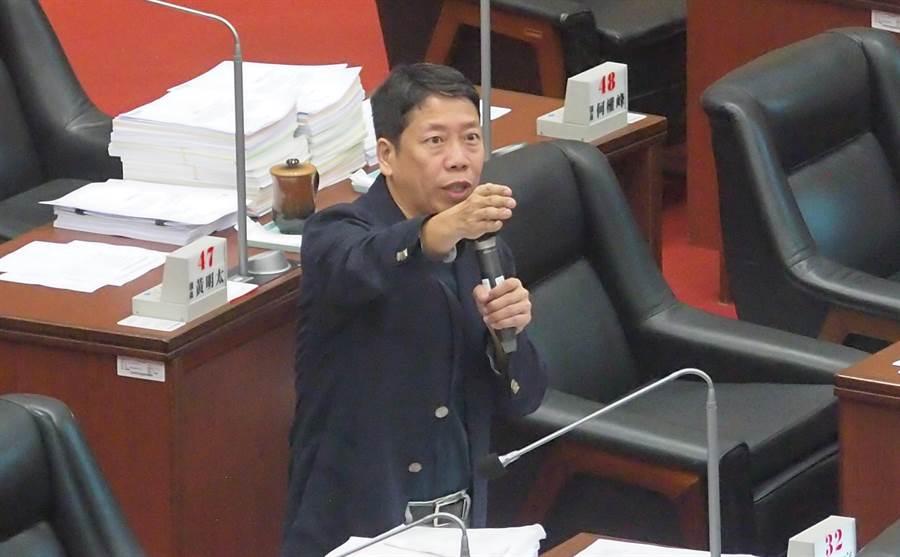 國民黨高雄巿議員黃紹庭16日質詢要求將陳菊移送監察院調查。(曹明正攝)