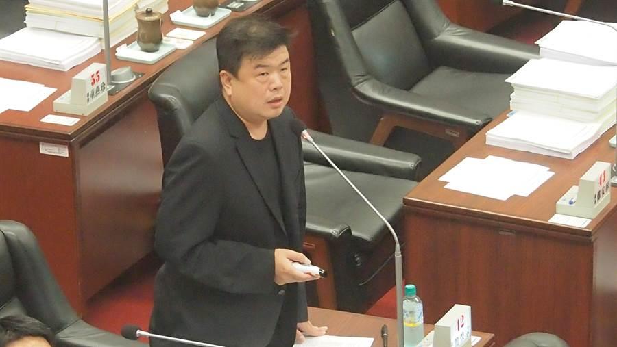 民進黨高雄巿議員簡煥宗16日質詢回批國民黨不斷抹黑扭曲陳菊。(曹明正攝)