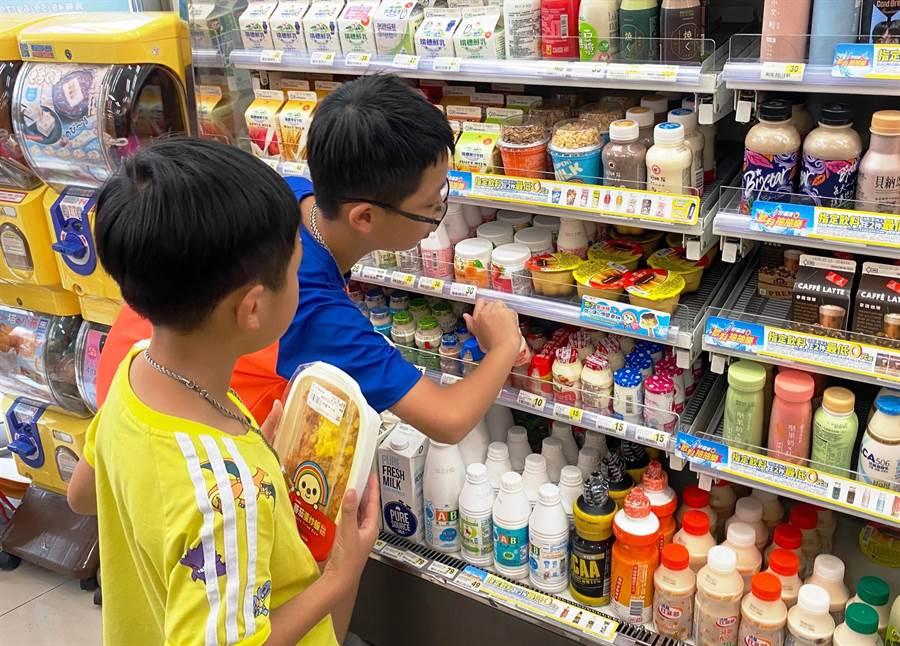 台南市社會局今年暑假的愛心餐食券已發給近千名的貧困國中、小學生。(程炳璋攝)