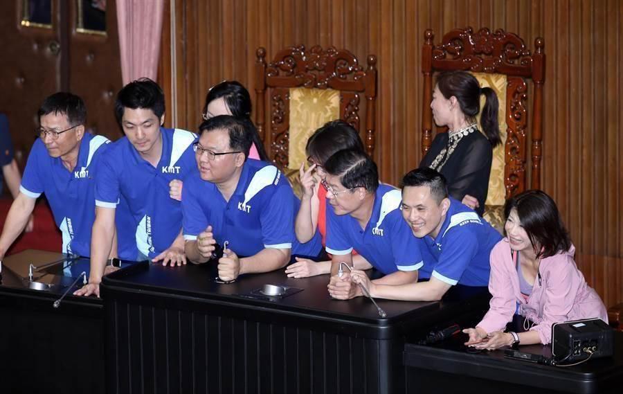 圖為國民黨立委占領主席台。(資料照,姚志平攝)