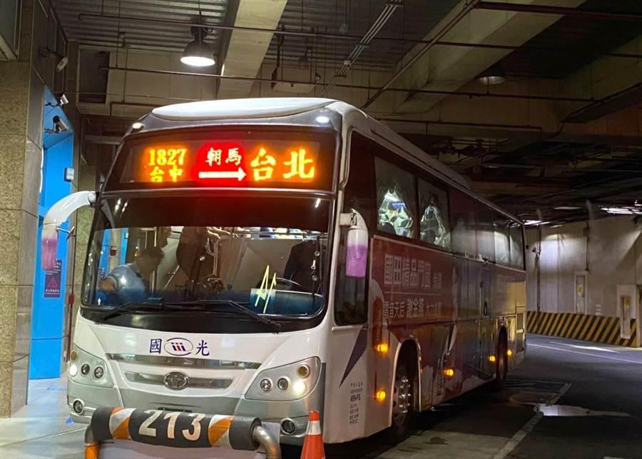 國光客運加開免費接駁車。(業者提供)