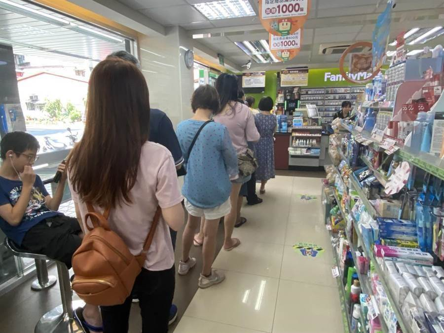 超商領三倍券昨日開跑,早上9點一到出現排隊人潮,但因系統卡卡,讓不少民眾相當無奈。(資料照片 游念育攝)
