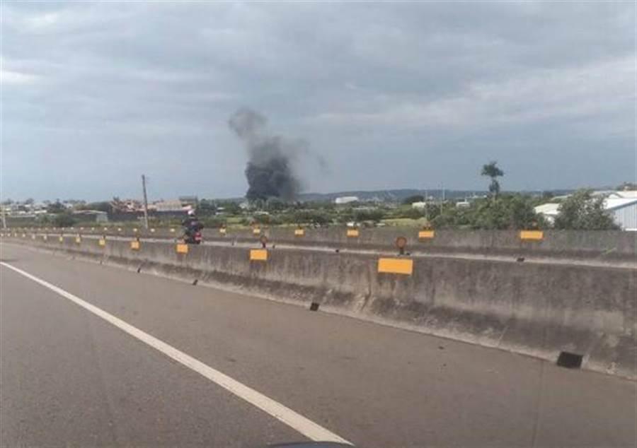 新竹空軍基地驚傳直升機墜落,有網友拍到現場黑煙沖天的畫面。(讀者提供)