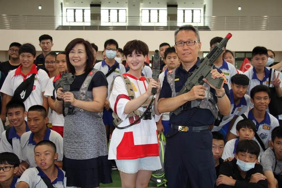 ▲蘆竹分局親自南崁國中與學生進行鐳射槍戰。(姜霏攝)