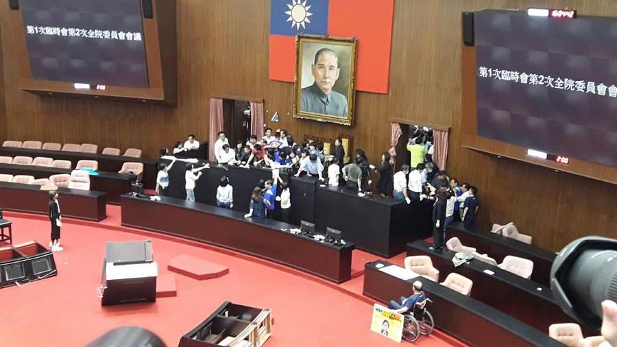 立法院臨時會明將表決監察院人事案,面對國民黨團佔領議場,民進黨團在今天下午四點左右發動清除行動。(朱真楷攝)