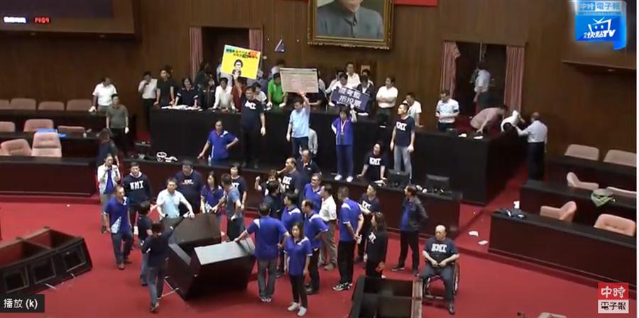民進黨4點35分攻進議場取得麥克風 宣讀陳菊人事案。(取自「中時電子報」直播)