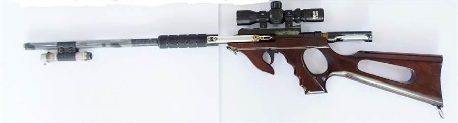 玉里警分局在一處民宅查獲毒品與長槍,正調查是否持槍涉及其他不法。(玉里警分局提供/王志偉花蓮傳真)
