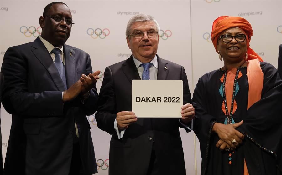 塞內加爾總統薩勒和國際奧會主席巴赫一起宣布舉辦2022青年奧運,不過比賽將延後到2026年。(資料照/美聯社)