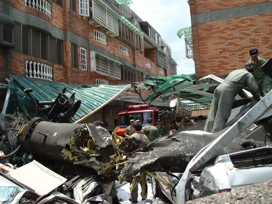 今天(16)下午發生的OH-58D奇歐瓦戰墜機事件,與多年前的AH1W眼鏡蛇直升機墜機案件竟是同月同日。(中時資料庫)