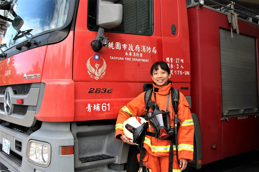 林玪妙今年成為桃園市內第二位、也是最年輕的女消防分隊長。(黃婉婷攝)