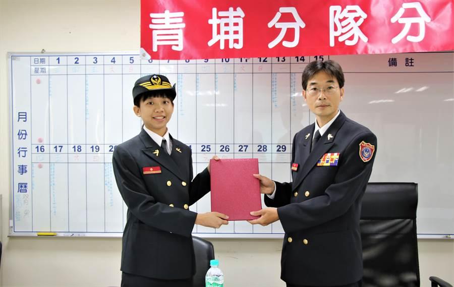16日的布達典禮由桃市消防局第二大隊隊長陳文宗(右)頒發派令。(黃婉婷攝)