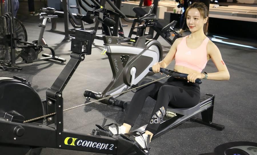 小米手環5正式在台發表,新增了橢圓機、瑜伽、划船機、室內腳踏車與跳繩等五種運動模式(圖中為划船機)。(黃慧雯攝)