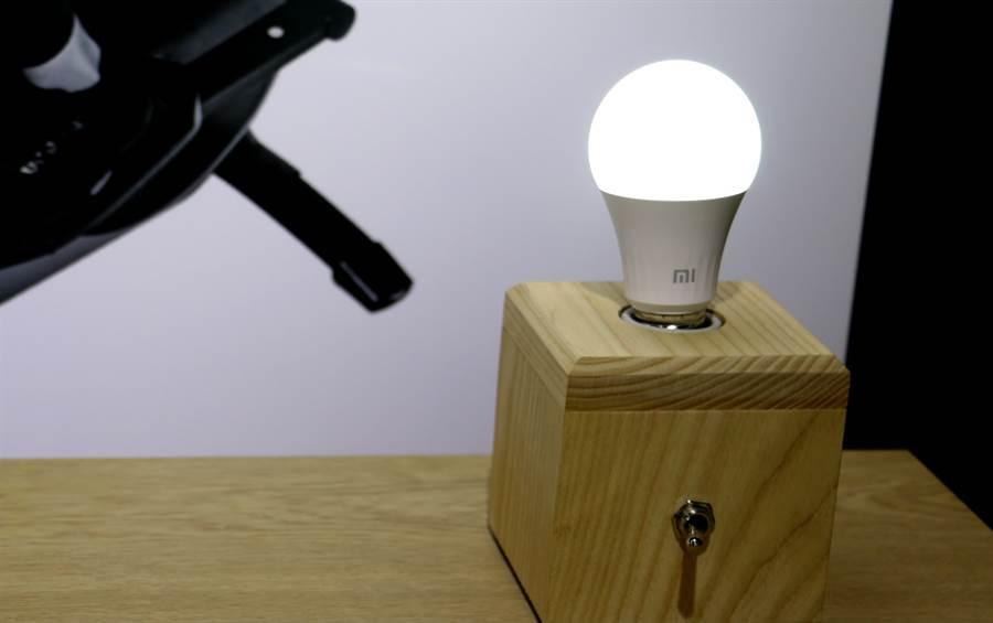 米家 LED 智慧燈泡 白光版。(黃慧雯攝)