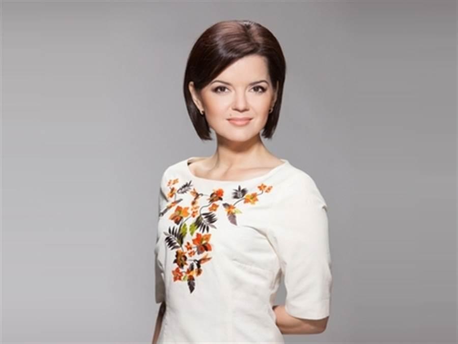 烏克蘭女主播瑪麗亞播報新聞時掉落門牙,仍鎮定播完新聞,網友直呼太專業了。圖為瑪麗亞為慈善團體的防治新冠病毒公益活動代言。(圖/烏克蘭慈善公益網)