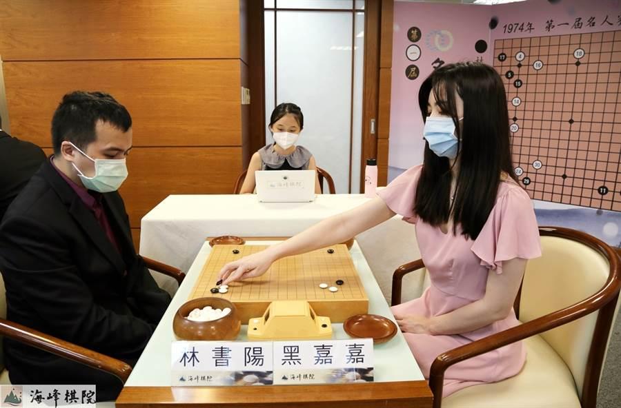 美女棋手黑嘉嘉在名人冠軍賽32強賽飲恨不敵林書陽。(海峰棋院提供)