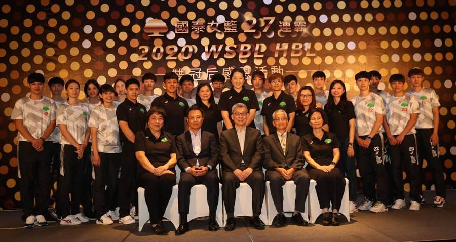 國泰女籃今年在WSBL、HBL勇奪雙冠后,今晚舉辦感恩晚會,全隊開心合照。(陳筱琳攝)