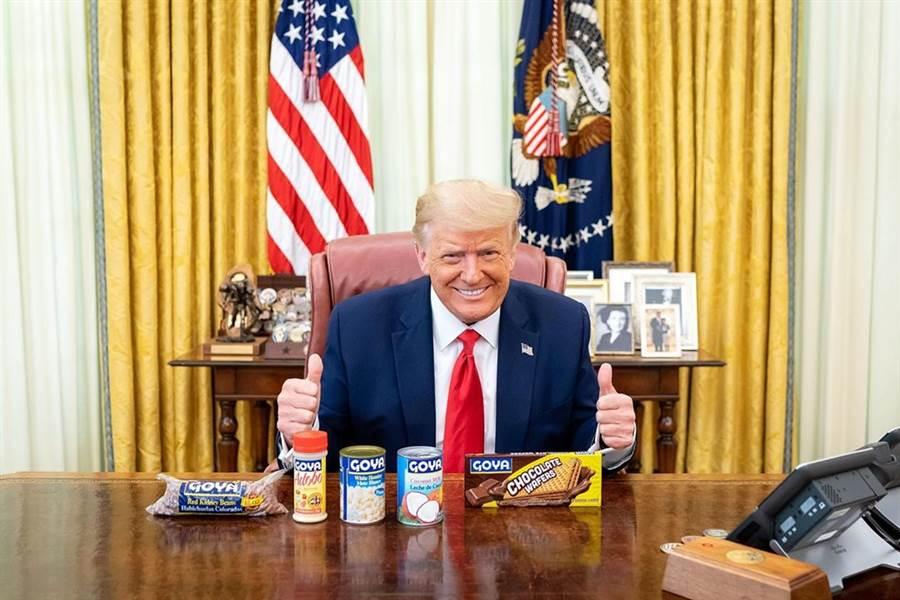 川普在自己的IG帳號,上傳他在白宮與一罐罐哥亞產品的合照。(摘自川普IG網頁)